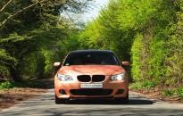 """BMW E60 Individual mit Sonderlackierung in """"ginger madness metallic matt"""" & Kontrastlackierung in Klavierlack schwarz hochglanz, BMW M-Paket Aerodynamikkomponenten, BMW M-Technik Leichtmetallräder in 19"""", Xenon-LED Hauptscheinwerfer, LED Rückleuchten, etc."""