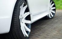 """BMW 5-er Serie (E61) Individual - Komplettlackierung in frost white metallic matt inkl. Interieur-Intarsien, Kontrastlackierung in Klavierlack schwarz hochglanz, Teilfolierung in BMW Motorsport-Design, BMW Leichtmetallräder in 19"""" mit Akzentlackierung, BMW M-Paket Exterieur, Sportabgasanlage, Hauptscheinwerfer abgedunkelt, etc."""